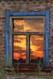 日出在窗口里被显示 免版税图库摄影