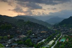 日出在西疆Qianhu庙村 免版税图库摄影