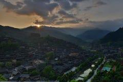 日出在西疆Qianhu庙村 库存照片