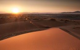 日出在西非纳米比亚沙漠  图库摄影