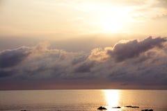 日出在风雨如磐的夜以后 库存照片