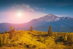 日出在Hoverla下的喀尔巴阡山脉的施普林谷 库存图片