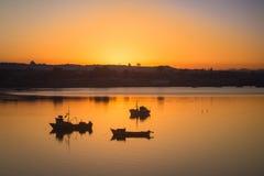 日出在Quellon港口在Chiloe海岛,渔船 库存图片