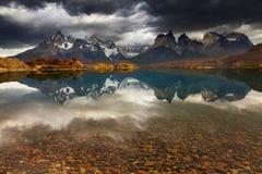 日出在Torres del Paine国家公园 免版税库存照片