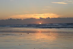 日出处于低潮中在南非的狂放的海岸的摩根海湾东伦敦 库存图片