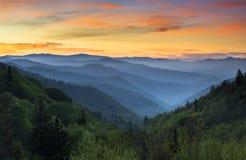 日出大烟雾弥漫的山脉国家公园 库存照片