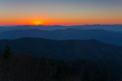 日出大烟雾弥漫的山脉 库存图片