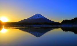 日出富士山从湖` Shojiko `日本的 库存照片