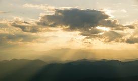 日出山风景看法分层堆积晚上在北部泰国山脉 免版税图库摄影