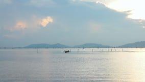 日出平静的场面与多云天空的在海景,平静背景 股票录像