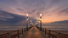 日出德班码头海滩前的天空 库存照片