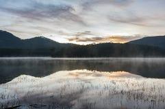 日出或黎明在湖 库存照片