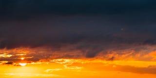 日出日落日出天空 与云彩的明亮的剧烈的天空 黄色 免版税库存图片