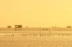 日出时间泰国渔夫村庄在Bangtaboon Petchaburi, Th 免版税库存照片