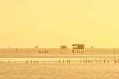 日出时间泰国渔夫村庄在Bangtaboon Petchaburi, Th 图库摄影