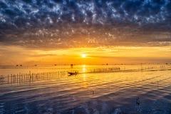 日出时间泰国渔夫村庄在Bangtaboon Petchaburi, Th 免版税库存图片