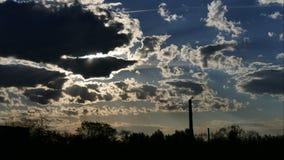 日出时间间隔天空和移动的云彩能源厂用管道输送与烟拉脱维亚 股票视频