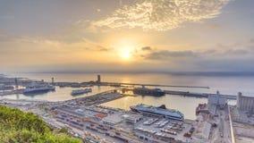 日出有口岸的全景在巴塞罗那timelapse,西班牙的 影视素材