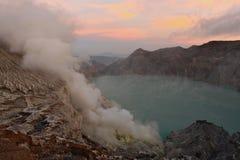 日出有在湖边的全景在伊真火山火山旁边 免版税库存照片