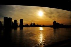 日出桥梁和城市大厦 库存图片