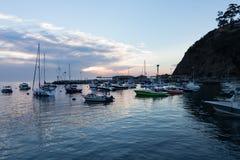 日出海景、Avalon海湾、圣卡塔利娜海岛有风船的,游艇和渔船清早宽视图  免版税图库摄影