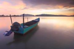 日出海景长的曝光  小船有点不锋利的作用 免版税库存照片