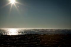 日出海滩薄雾 免版税库存图片