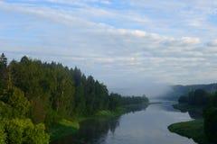 日出照亮的Moskva河河岸 库存照片