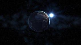 日出现实地球,转动在空间以满天星斗的天空为背景 与日夜城市光的无缝的圈 库存例证