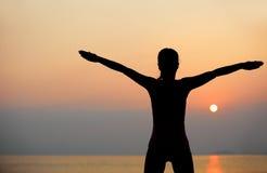 日出瑜伽妇女 免版税库存图片