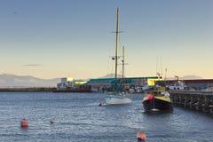 有船和浮体的港口 免版税库存照片