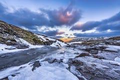 日出的一条冰冷的河在冰岛 库存图片