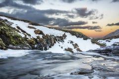 日出的一条冰冷的河在冰岛 免版税库存照片