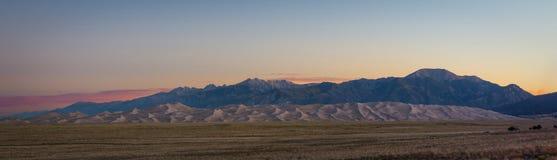 日出的伟大的沙丘全景 免版税库存图片