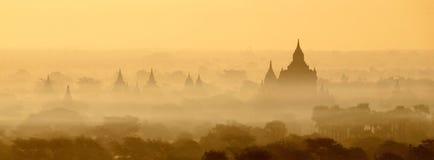 在薄雾的Bagan寺庙在日出 免版税库存图片