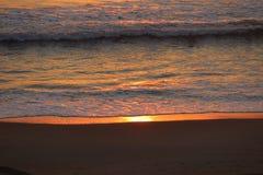 日出的发光的海洋在弗吉尼亚海滩 免版税图库摄影