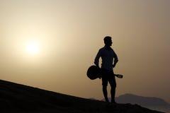 日出的吉他弹奏者在海滩 库存图片