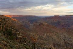 日出的大峡谷从沙漠视图在亚利桑那;美国 库存照片