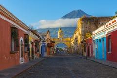 日出的安提瓜市与阿瓜火山,危地马拉 库存照片