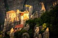 日出的希腊迈泰奥拉Roussanou修道院 图库摄影