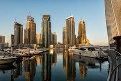 日出的摩天大楼,迪拜小游艇船坞 免版税库存照片