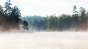 日出的有薄雾的Morning湖 免版税库存图片