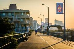 日出的木板走道在Ventnor市,新泽西 库存图片