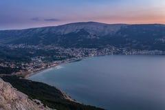日出的村庄巴斯卡与海和小山,海岛克尔克岛,克罗地亚 免版税图库摄影