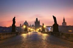 日出的查理大桥 图库摄影