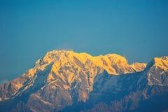 日出的橙色颜色在山顶部的 免版税图库摄影