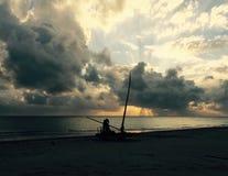 日出的渔夫 免版税库存图片