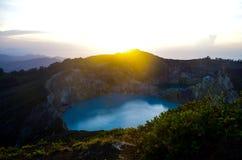 日出的湖克里穆图火山 免版税库存照片