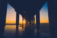 日出的看法从码头的 免版税库存图片