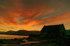 日出的看法在好牧羊人教堂湖tekapo的 免版税库存照片
